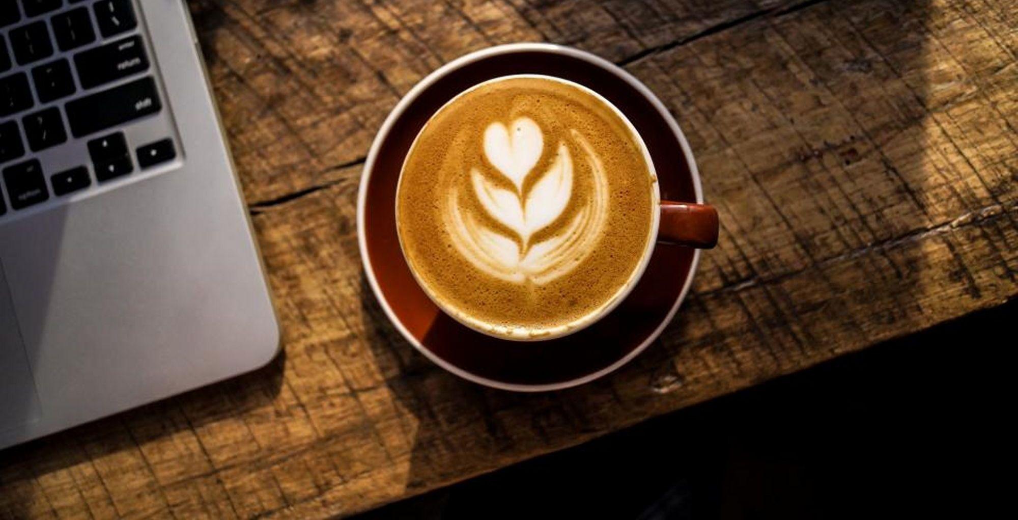 Koffie met computer kleiner bureau manon leeflang