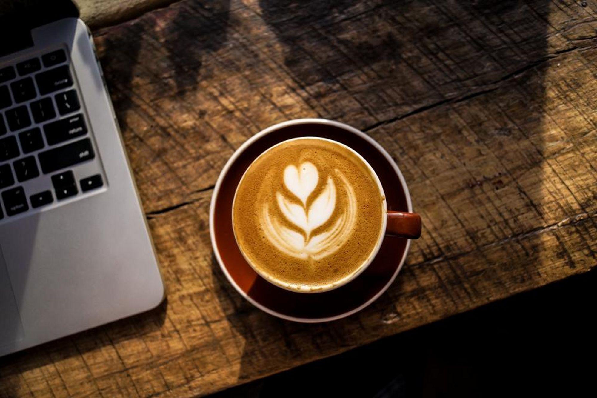 Koffie met computer bureau manon leeflang